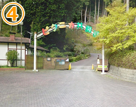 道なりに進み山を登っていただくとピクニカ共和国の入り口が見えてきます。入り口の右手には駐車場がございます。